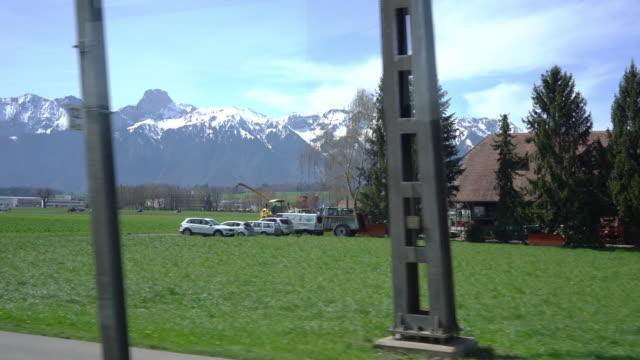 4k utsikt över landskapet längs en schweizisk järnväg tåg - wengen bildbanksvideor och videomaterial från bakom kulisserna