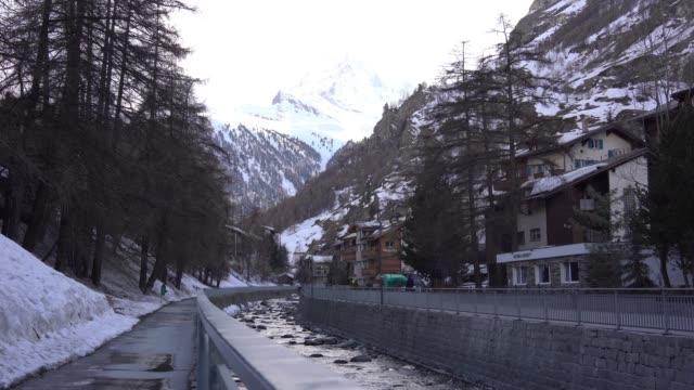 stockvideo's en b-roll-footage met 4k uitzicht op zermatt village en matterhorn peak, zwitserland - zermatt