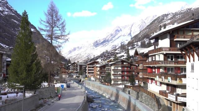 stockvideo's en b-roll-footage met 4k uitzicht op zermatt village, zwitserland - zermatt