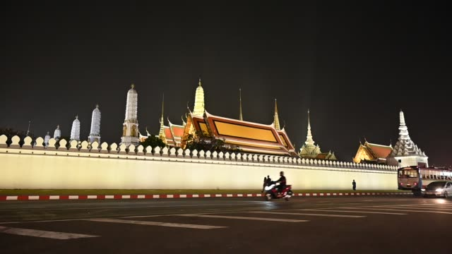 4 k, 왓 프라 깨우 사원 주위를 실행 하는 자동차와 함께 밤에 - 에메랄드 스톡 비디오 및 b-롤 화면