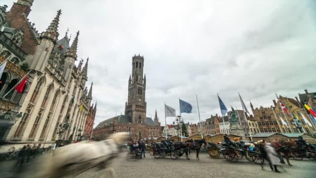 4k_timelapse : grote markt square in bruges, belgium - belgio video stock e b–roll
