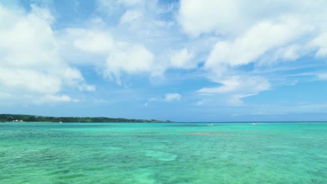 vídeos de stock e filmes b-roll de 4 k, céu azul e verde oceano, okinawa, japão - linha do horizonte sobre água
