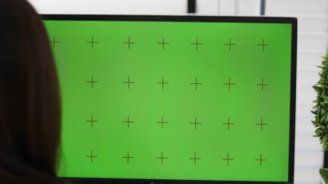 4k:クロマキーを搭載したパソコンを使うビジネス関係者 - pc 画面点の映像素材/bロール