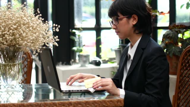 4K:Businesswoman using computer shopping online video