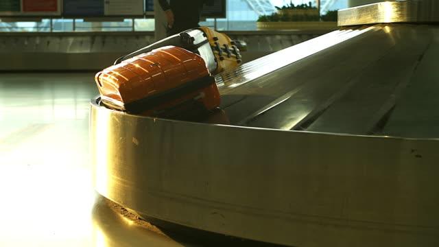 stockvideo's en b-roll-footage met 4k:conveyor gordel in aankomst lounge op de luchthaven. - schiphol
