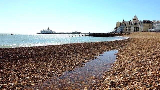 4k:spiaggia di eastbourne ** time lapse ** - inghilterra sud orientale video stock e b–roll
