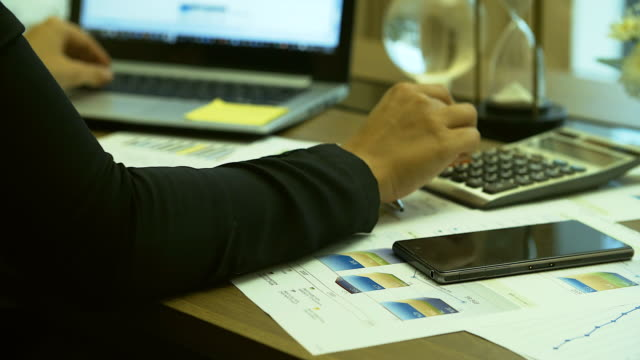 4 K  :   main de femme d'affaires travaillant sur son bureau. - Vidéo
