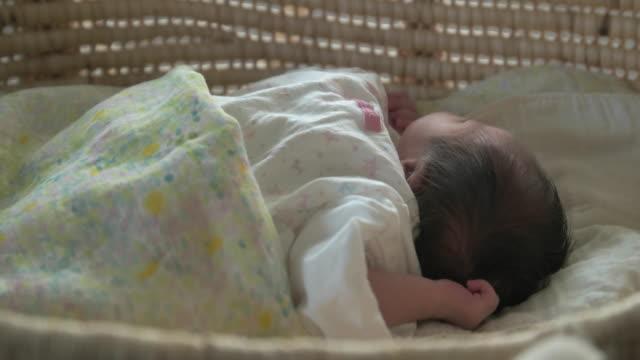 vidéos et rushes de 4 k, japonais nouveau-né bébé dormir. - 0 11 mois