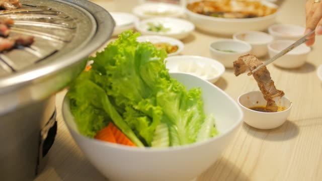 4 k :  coreano barbecue e cibo - cultura coreana video stock e b–roll