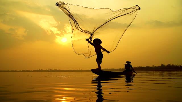 4 k: lokale lebensart der fischer arbeiten am morgen sonnenaufgang. - fischen stock-videos und b-roll-filmmaterial