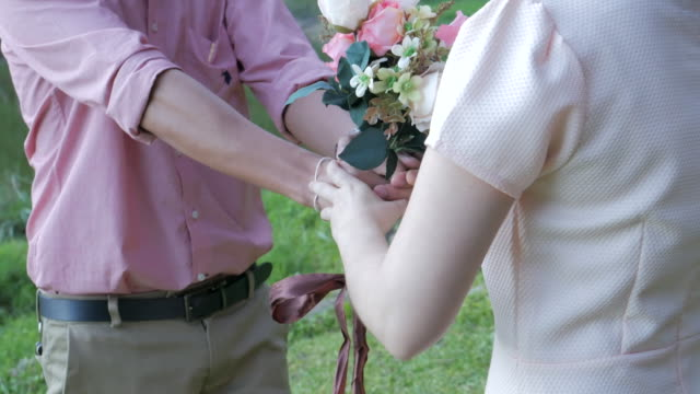 4K:Man making proposal to woman with flower for wedding video