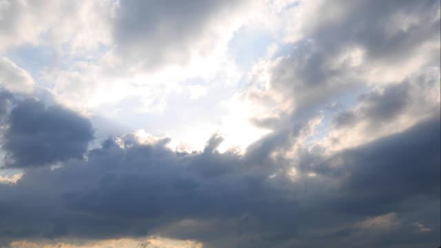 """vídeos de stock, filmes e b-roll de 4 k: se movendo nuvens e sol brilhar, """" - nublado"""