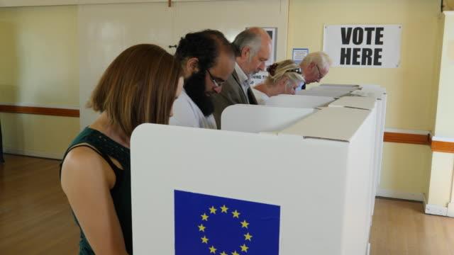 4k:people stod på röstningen / rösta bås på eu eu-valet eller folkomröstningen - brexit bildbanksvideor och videomaterial från bakom kulisserna