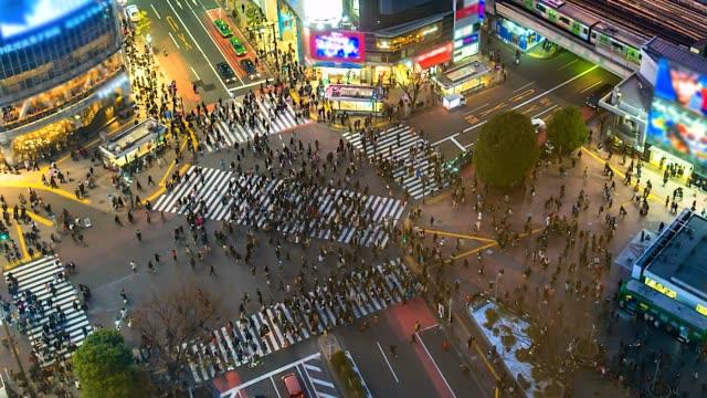 stockvideo's en b-roll-footage met 4k. time-lapse luchtfoto van shibuya overstekende in tokio van japan - dwarsweg