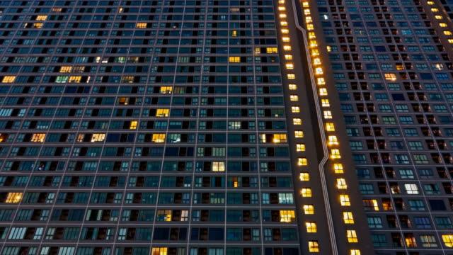 4ktime 경과 도시 거주 건물의 낮과 밤 - 낮 스톡 비디오 및 b-롤 화면