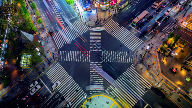 4k。東京の人と車と夜の銀座道路交差点のタイムラプス - ブランディング点の映像素材/bロール