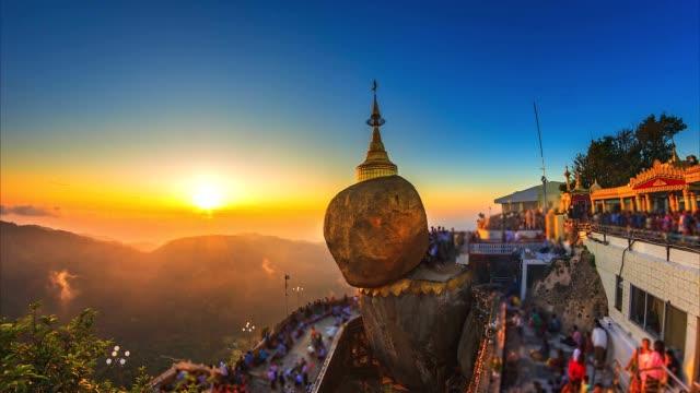 4k. zaman atlamalı altın kaya (kyaikhtiyo veya kyaiktiyo pagoda) myanmar landmark - stupa stok videoları ve detay görüntü çekimi