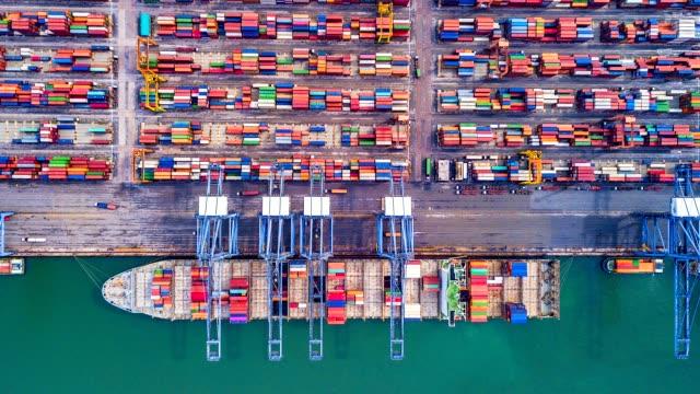 4k。延時頂視圖有集裝箱港口的工業港口是航運的一部分 - 無人飛機 個影片檔及 b 捲影像