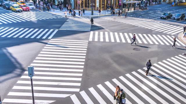 4k.zeit-verfallsverkehr und menschenmenge an der kreuzung des distrikts ginza in tokio - zeitraffer fast motion stock-videos und b-roll-filmmaterial