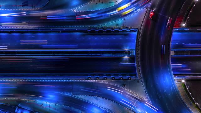 vidéos et rushes de 4k, trafic de décalage de temps sur la route en cercle la nuit - uniforme