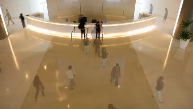 4k:timelapse walking människor i företagens byggnad - lounge bildbanksvideor och videomaterial från bakom kulisserna