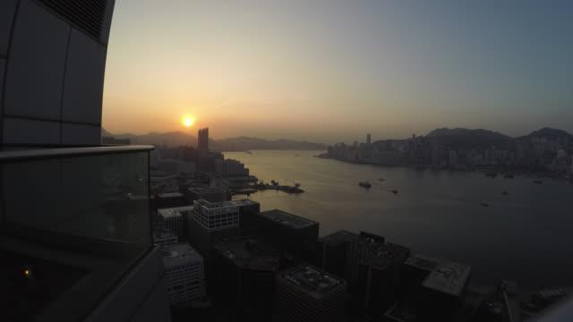 4 k-timelapse: sunrise, panoramablick auf den victoria harbour, hupen - dachgarten videos stock-videos und b-roll-filmmaterial