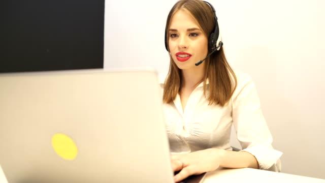 4k. junge frauen-betreiberarbeiten im kundendienst-service-center. slider dolly schuss - kosmetik beratung stock-videos und b-roll-filmmaterial