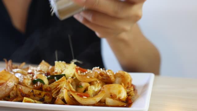 4 k :  молодая женщина маленькие кунжут на корейском питание, съёмка с операторской тележки - посыпать стоковые видео и кадры b-roll