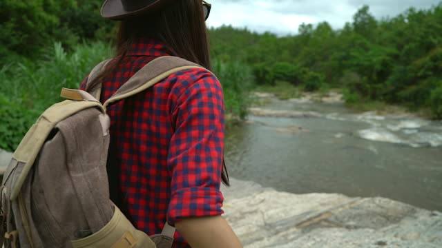 4K:Young women looking a map on her adventure trip. video