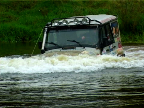 4x4 in a deep water. video