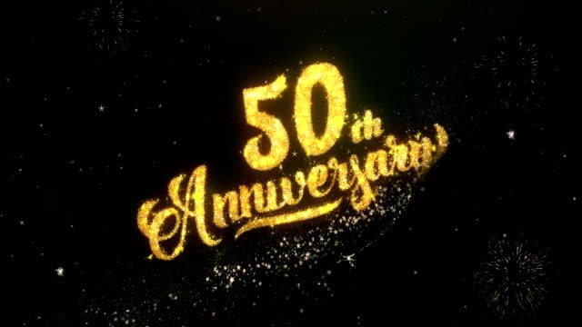 50 周年記念のご挨拶と希望カード キラキラ粒子および花火の光暗い夜空にカラフルな花火 4 k の背景から作られました。 ビデオ
