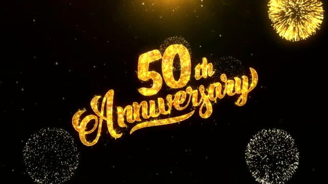 50. Jubiläum Grußkarten-Text zeigen aus goldenen Feuerwerk & Cracker auf Glitter glänzend Magic Partikel Funken Night für Wünsche, Veranstaltungen, Nachricht, Urlaub, Feier, festival – Video