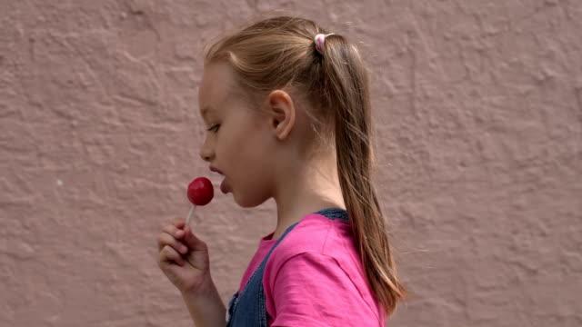 5歲的女孩, 帶棒糖 - 波板糖 個影片檔及 b 捲影像