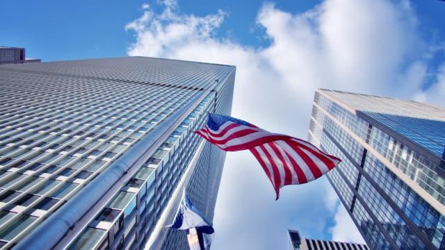 stockvideo's en b-roll-footage met 6th avenue new york. amerikaanse vlag. bedrijfsgebouw. - financieel district