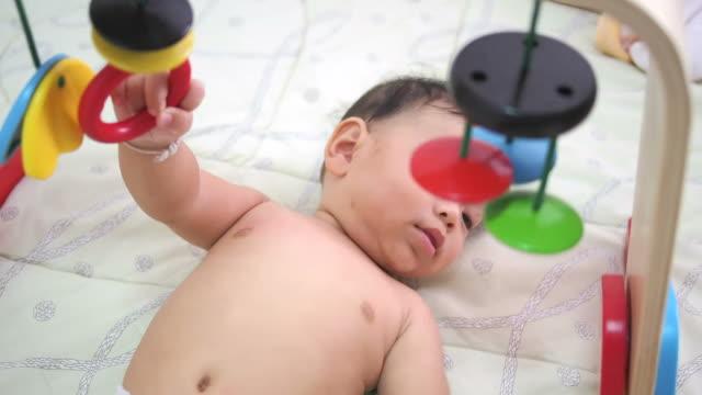 bambino di 6 mesi che giocano con giocattoli - solo neonati maschi video stock e b–roll