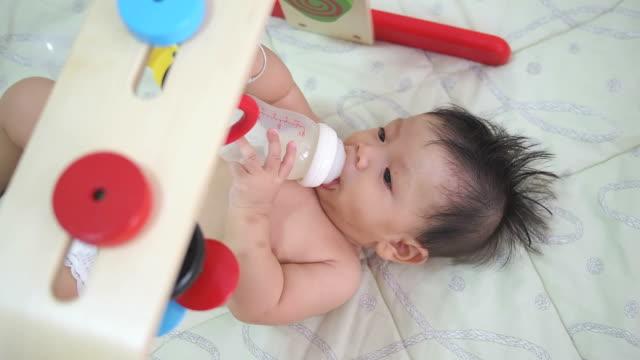 bambino di 6 mesi succhiare di latte - solo neonati maschi video stock e b–roll