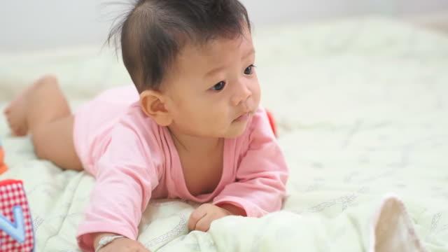 bambino di 6 mesi - solo neonati maschi video stock e b–roll