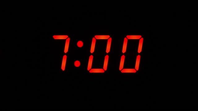 7 am lcd digital väckarklocka. närbild av endast siffror. - alarm clock bildbanksvideor och videomaterial från bakom kulisserna