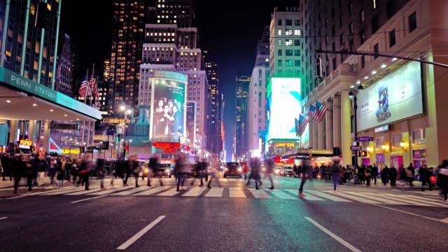 7th avenue. rish haus. fußgänger. - amerikanische kontinente und regionen stock-videos und b-roll-filmmaterial