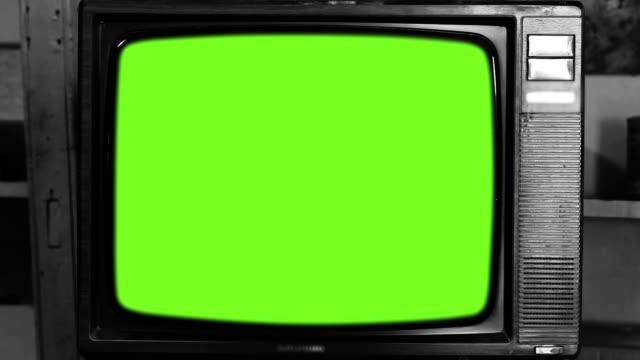 80er jahre fernsehen mit grünem bildschirm. schwarz und weiß ton. hinzoomen. - tv stock-videos und b-roll-filmmaterial