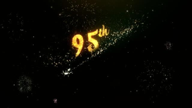 95 周年記念カラフルな花火とは、花火ライト暗い夜空から作られたテキストをご挨拶します。 ビデオ