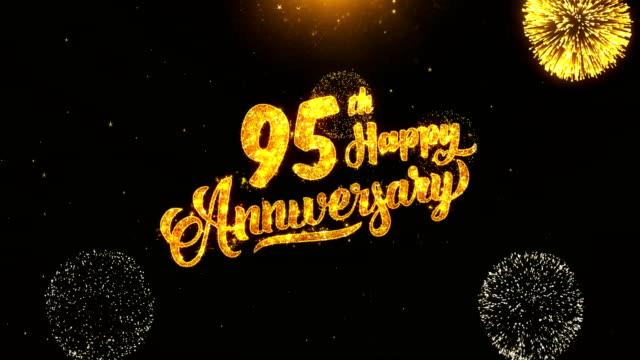 95 ハッピー周年記念テキスト挨拶と希望カード製のブラック ナイト モーション背景にキラキラ粒子から黄金花火表示。お祝い、パーティー、グリーティング カード、招待カードの ビデオ