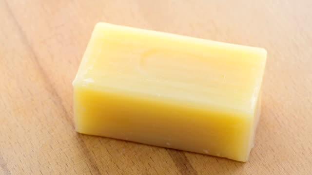 vidéos et rushes de une barre de savon à par jour à utiliser - savon