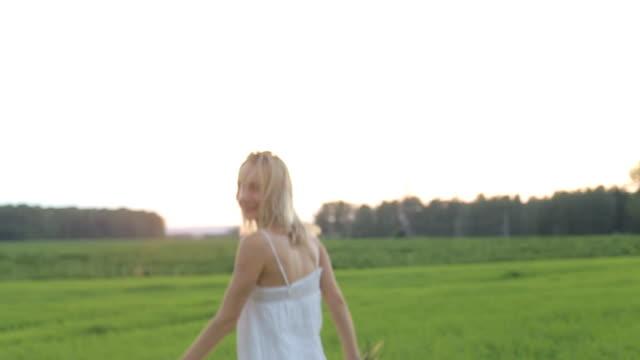 en vacker kvinna löper tvärs över fältet - tävlingsdistans bildbanksvideor och videomaterial från bakom kulisserna