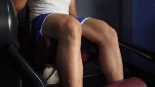 vídeos de stock e filmes b-roll de a bodybuilder is doing exercise video close-up - músculo humano