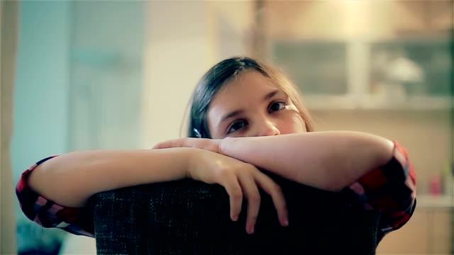 stockvideo's en b-roll-footage met een saaie regenachtige dag - tienermeisjes