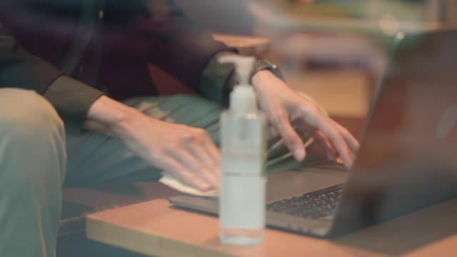 仕事をする前にラップトップをクリーンアップするビジネスマン - 飲食店点の映像素材/bロール