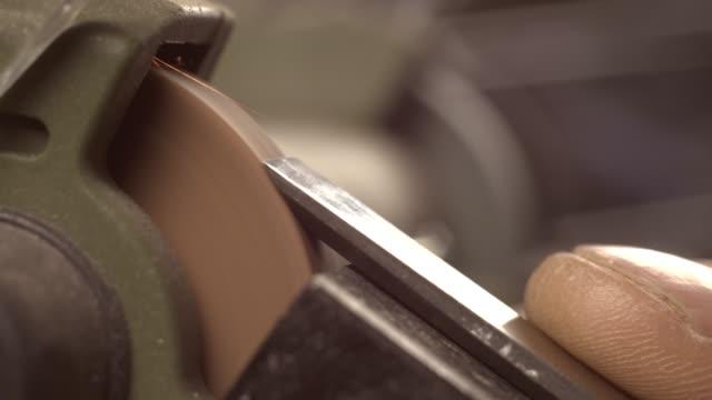um carpinteiro moe um cinzel em um moedor. macro 4k - vídeo