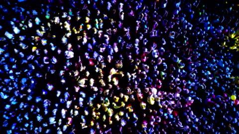 vídeos y material grabado en eventos de stock de una multitud de personas en un concierto. drone punto de vista - multitud