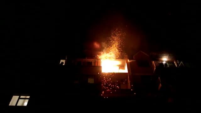 un fuoco in appartamento - incendio doloso video stock e b–roll